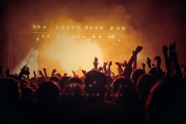 """Kensington to holenderski zespół rockowy, który zdobył rzesze fanów i uznanie krytyków. W 2010 roku ukazał się ich debiutancki album, który trafił na wysoką pozycję listy sprzedaży w Holandii. Sukces ten powtórzyły także kolejne płyty zespołu. Grupa powraca do Warszawy i w 25 marca wystąpi w klubie Progresja. Mimo iż w Polsce gościli już wiele razy to wszyscy ci, którzy byli na ich koncertach, powinni zrobić to ponownie, a każdy kto jeszcze nie widział tej grupy na żywo ma już plany na marcową środę. Podczas nadchodzących koncertów Kensington promować będą swój piąty album zatytułowany """"Time"""".  Kiedy: 25 marca Gdzie: Progresja"""