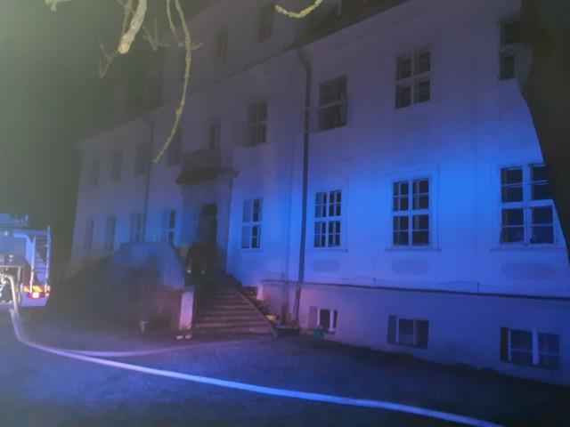 Ogień wybuchł ok. 20.20 w zabytkowym budynku we wsi Długie w gminie Szprotawa