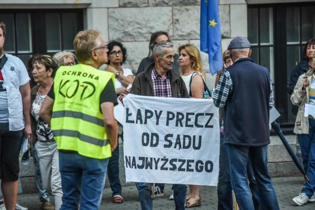 W środę (18 lipca) mieszkańcy Bydgoszczy protestowali pod budynkiem sądu w obronie niezależnego sądownictwa w Polsce.  Protest pod pomnikiem Kazimierza Wielkiego. Bydgoszczanie stanęli w obronie sądów
