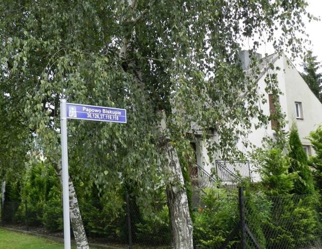 W Papowie Biskupim mieszkańcy chcieli, aby dojazd do ich posesji był czytelny. Dołożyli na zakup tabliczek z oznakowaniem.