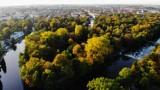 Park miejski w Kaliszu. Zobacz jak imponująco wygląda jesienią z lotu ptaka. ZDJĘCIA