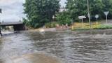 Po nawałnicy ulica Kobylińska znów zalana pod wiaduktem. Liczne podtopienia piwnic i sklepów oraz hali [ZDJĘCIA + FILM]