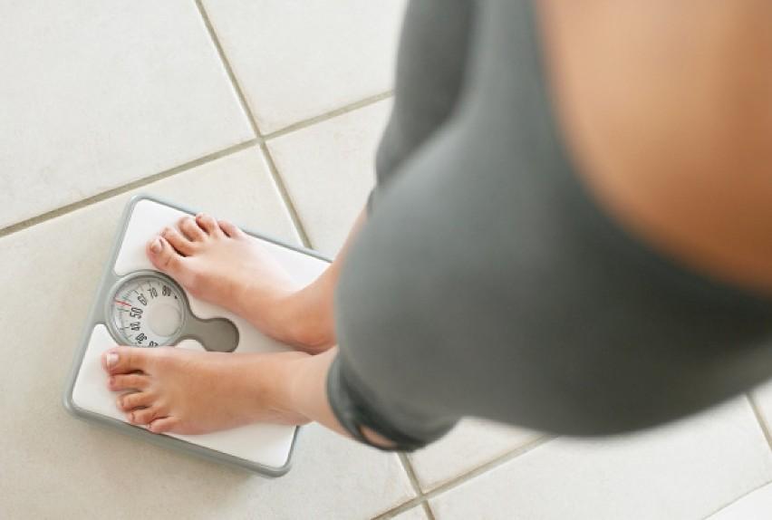 Dlaczego brak snu może powodować przybieranie na wadze?