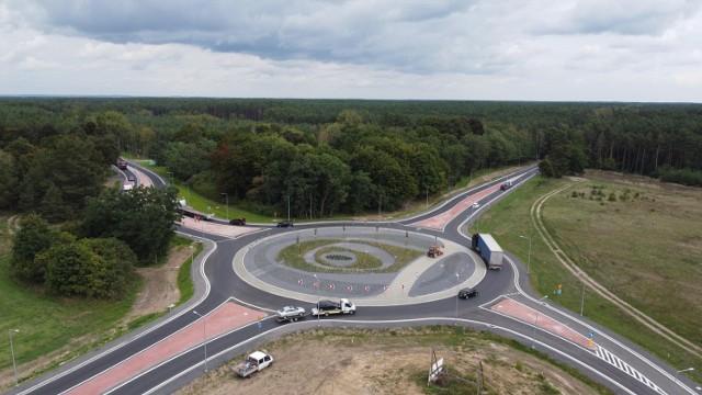 Nowe rondo na skrzyżowaniu dróg krajowych numer 22 i 24 w okolicach miejscowości Wałdowice jest już gotowe.