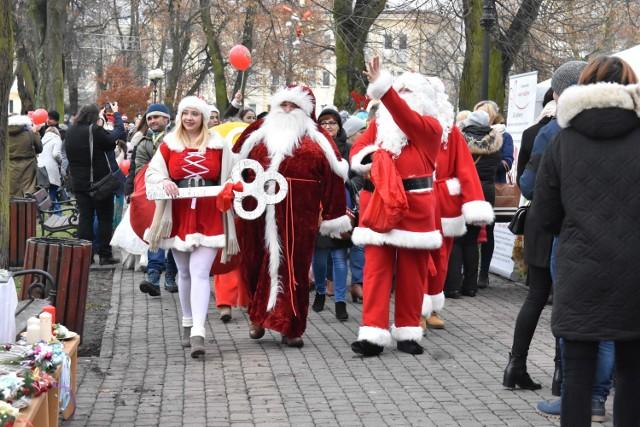Głównymi postaciami mikołajkowej zabawy byli oczywiście Mikołaje, którzy w tym dniu nie żałowali prezentów