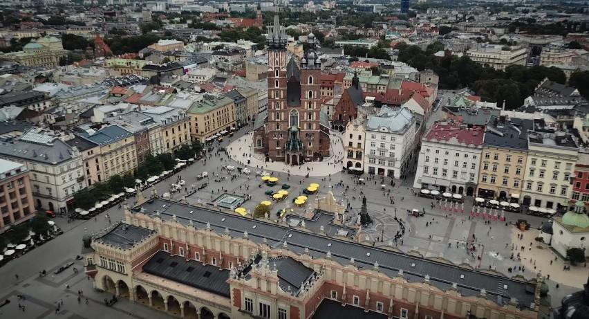 Grupa pasjonatów wzbiła się dronem nad Stare Miasto w...