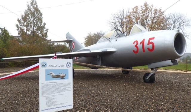 Myśliwiec SB Lim-2, w pełnej krasie, można podziwiać na skwerze u zbiegu ulic Langiewicza i Żeromskiego w Busku-Zdroju.