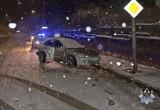 Wypadek w Wałbrzychu na ulicy Andersa. 19-letni kierowca uderzył autem w latarnię, pasażer w szpitalu. Uwaga trudne warunki na drogach