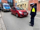 Wypadek w Opolu. 81-letnia piesza przechodziła przez ulicę i wpadła pod samochód. Ma urazy nogi i głowy