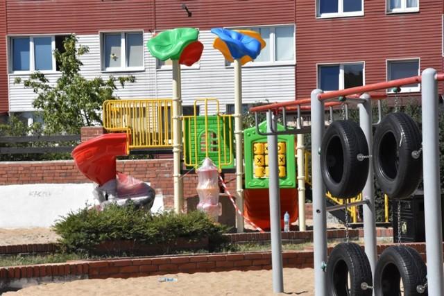 Super zjeżdżalnie dla dzieci powstają na Koperniku w Legnicy .