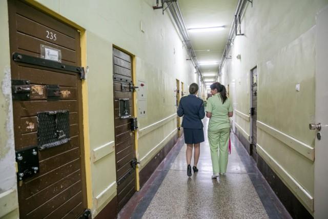 Nad osadzonymi czuwają nie tylko strażnicy, ale i - równie czujni - lekarze zatrudnieni w przywięziennych poradniach i szpitalach.