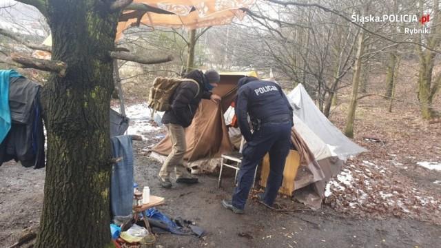 Rybnik: bezdomny spał w namiocie od kilku tygodni. Policjanci i OPS ruszyli na pomoc