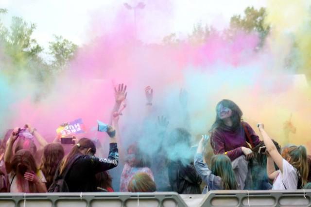 Na Błoniach pod Zamkiem - Holi Festiwal Po raz pierwszy wyrzucanie kolorowych, holograficznych pyłków odbędzie się pod Zamkiem.  Niedziela, błonia pod Zamkiem, godz. 18.30, wstęp wolny