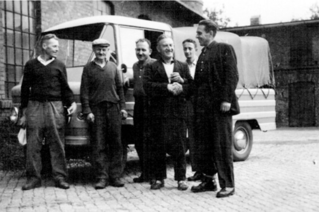 """Rok 1970. Pracownicy Spółdzielni Inwalidów """"Pokój""""."""