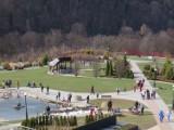 Muszyna oblegana przez turystów w Poniedziałek Wielkanocny. Tłumy spacerowiczów w popularnych ogrodach [ZDJĘCIA]