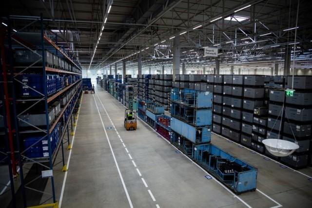 W nowej hali logistycznej VW Poznań znajdzie pracę 140 osób. Będą oni pracowali w systemie 3 zmianowym.