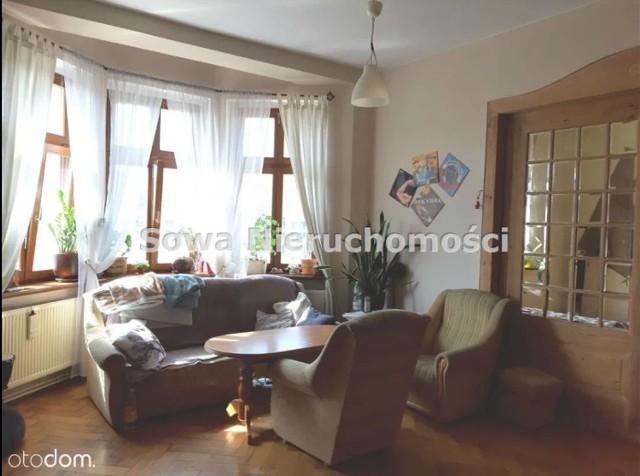 Największe i najmniejsze mieszkanie w Wałbrzychu na sprzedaż  Największe mieszkanie na sprzedaż w Wałbrzychu na portalu otodom.pl, w którym można zamieszkać od zaraz, znajduje się w Śródmieściu i kosztuje 350 000 zł za 171 mkw.  Podzielone jest na dwie części i poza czterema pokojami (dwie duże sypialnie, salon z jadalnią) ma dwie kuchnie, dwie łazienki, toaletę, spiżarkę i szeroki przedpokój.   Może służyć dużej rodzinie, rodzinie pokoleniowej, nadaje się również na gabinety, kancelarie, itp.  Część mieszkania jest po remoncie, druga część wymaga raczej gruntownego remontu, ale w całym mieszkaniu na podłogach zachowany jest np. oryginalny dębowy parkiet (w dobrym stanie) lub deski.   Uwagę zwraca piękna, zabytkowa stolarka drzwiowa (częściowo odrestaurowana), z rozsuwanymi drzwiami z kryształowymi szybami, łączącymi salon z jadalnią. Drzwi wejściowe nowe, ale dopasowane stylem do klimatu mieszkania.
