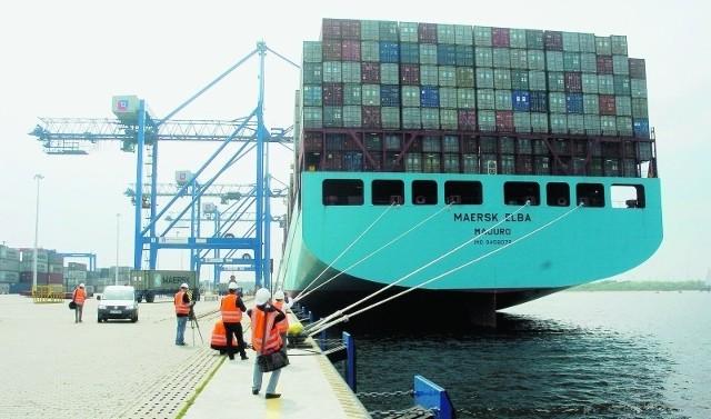 Wielki kontenerowiec Maersk Elba ma prawie 370 metrów długości.