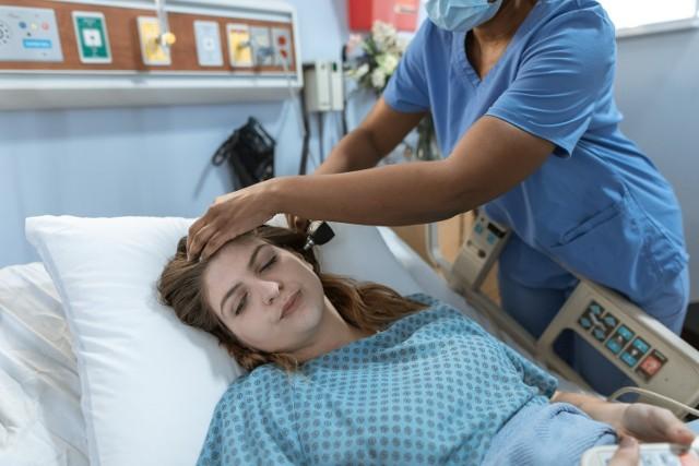 Ile zarabia pielęgniarka? Dlaczego przedstawicielki zawodu domagają się podwyżek? Przedstawiamy zestawienie zarobków pielęgniarek i położnych.