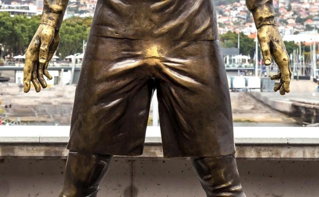 Pomnik  Ronaldo ma złote krocze. Turyści za nie chwytają