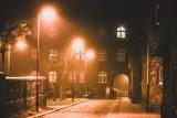 Magiczny Nikiszowiec w grudniowej mgle. Najbardziej znane osiedle Katowic w obiektywie Marzeny Bugały. Zobacz ZDJĘCIA