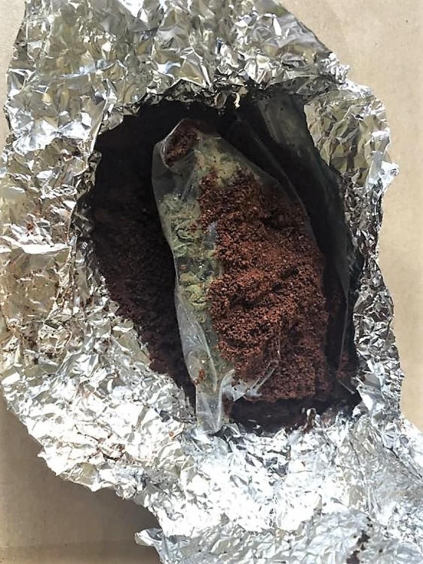 Mieszkaniec gminy Tuchomie narkotyki ukrył w kawie. Wpadł podczas rutynowej kontroli na drodze w Miastku. Jechał audi i był pod wpływem nark