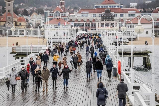 Deszczowa niedziela nie odstraszyła spacerowiczów. Na ulicach kurortu, sopockiej plaży i molo można dziś było spotkać tłumy. Zobaczcie zdjęcia