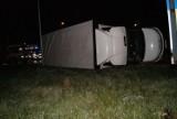 Mokrzyska: ciężarówka pełna ładunku wywróciła się na chodnik, na szczęście nie  było na nim nikogo [ZDJĘCIA]