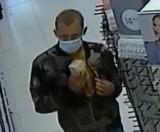 Pruszcz Gdański. Kradzież kosmetyków w drogerii. Policjanci poszukują tego mężczyzny. Rozpoznajesz go?