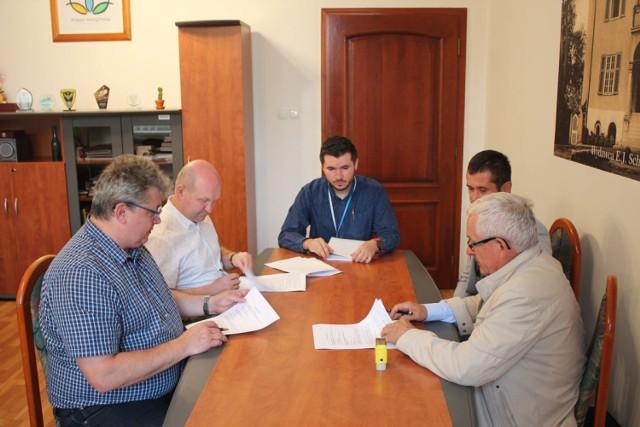 Podpisano umowę na przebudowę dachu na willi Zespołu Szkół Ogólnokształcących