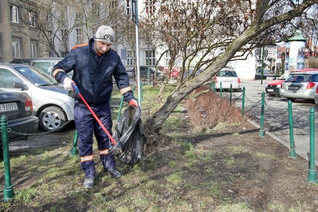 Niedopałki papierosów, śmieci i psie odchody - mieszkańcy poszczególnych dzielnic Krakowa alarmują, że ich osiedla zarastają brudem. Choć doczekaliśmy już pierwszego dnia wiosny, zima zdaje się nie odpuszczać, co utrudnia pracę Miejskiemu Przedsiębiorstwu Oczyszczania.