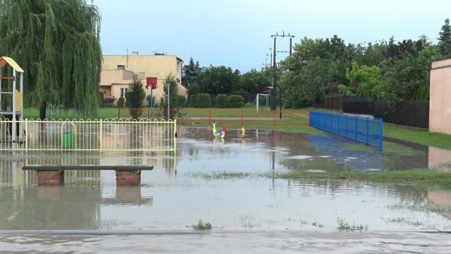 IMGW od rana w niedzielę (28 czerwca) ostrzegał przed możliwymi burzami w Kujawsko-Pomorskiem.   Burza z silnym deszczem nadeszła nad całym regionem, w tym między innymi nad Szubinem. Ulice zmieniły się w rwące potoki.   Zobaczcie, jak zostały zalane ulice w Szubinie >>>