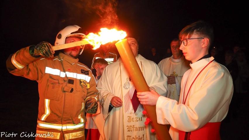 Wielka Sobota i Niedziela Zmartwychwstania w parafi Chłapowo (Wielkanoc 2019). Poświęcenie ognia w asyście OSP Chłapowo
