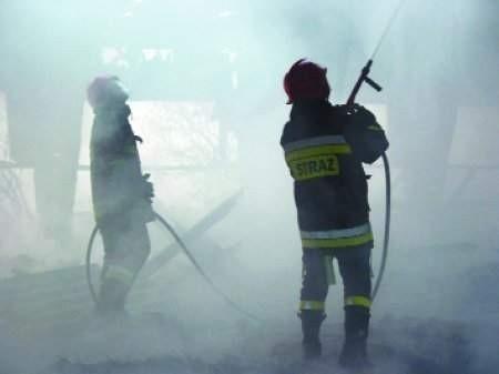 Strażacy zawodowi mogą na szczęście liczyć na pomoc ochotników.  FOT. BERNARD ŁĘTOWSKI