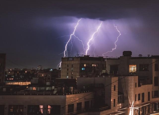 Instytut Meteorologii i Gospodarki Wodnej wydał ostrzeżenie I stopnia przed silnym deszczem z burzami i gradem