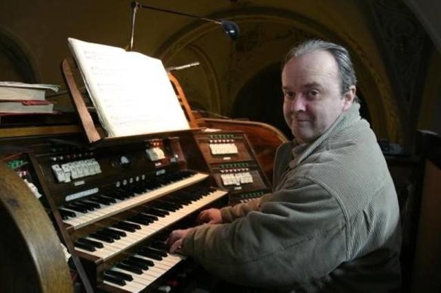 Henryk Jan Botor przy organach w kościele św. Marii Magdaleny w Tychach