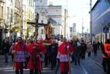 Ulicami Krakowa przeszła procesja różańcowa. Niesiono w niej relikwie [ZDJĘCIA]