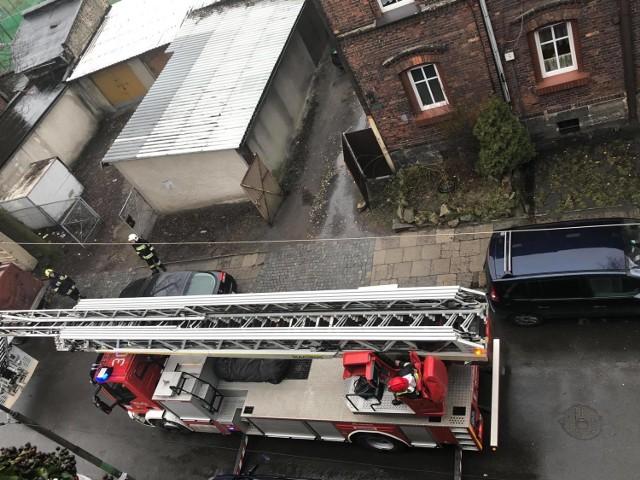 Zwłoki mężczyzny odnalezione na dachu budynku w Katowicach sprowadzali na dół strażacy