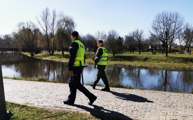 Patrole policjantów i strażników miejskich w parkach na terenie Brodnicy