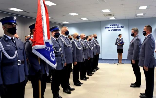 Komendant powiatowy policji w Staszowie inspektor Leszek Dębowski wita się z policjantami.