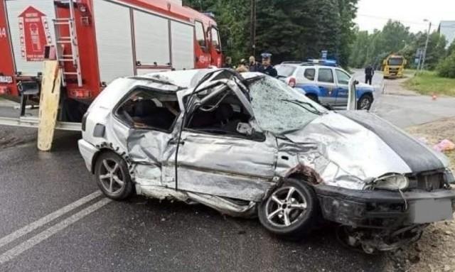 Kierowca volkswagena nie przeżył zderzenia z ciężarówką.  Zobacz kolejne zdjęcia. Przesuwaj zdjęcia w prawo - naciśnij strzałkę lub przycisk NASTĘPNE