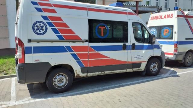 """Przed szpitalem w Chełmnie na razie parkują dwie karetki - """"P' i """"S"""". Tylko do końca lipca. Potem obie będą jeździły bez lekarza"""