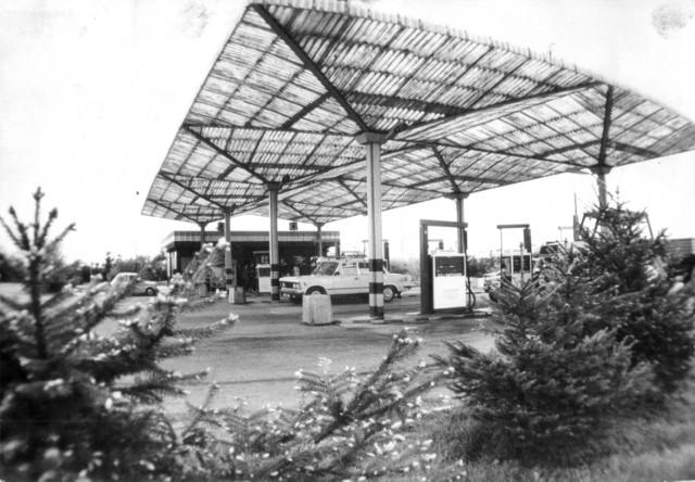 """Dzisiaj stoją prawie na każdym kroku, kiedyś były rzadkością (choć - trudno w to uwierzyć - stacja paliw stała na wrocławskim Rynku). W PRL-u ustawiały się przy nich kilometrowe kolejki.  Pierwsze stacje benzynowe w Polsce - nazywane """"pompami"""" - pojawiły się w 1924 w Warszawie. Wcześniej benzynę można było kupić w... aptece.  Dziś największa na świecie stacja benzynowa mieści się - no nie mogło być inaczej - w Teksasie w USA.  Zobacz galerię zdjęć fotoreporterów dolnośląskich gazet sprzed wielu, wielu lat."""