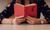 Co czytają mieszkańcy Radomska? TOP 20 książek najchętniej wypożyczanych w MBP