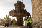 Monumentalne rzeźby stanęły w centrum Krakowa. Nie obyło się bez dźwigu!