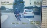 Rybniccy policjanci ścigali motocyklistę i zepchnęli go z drogi... Wszystko widać na WIDEO Miał broń maszynową!