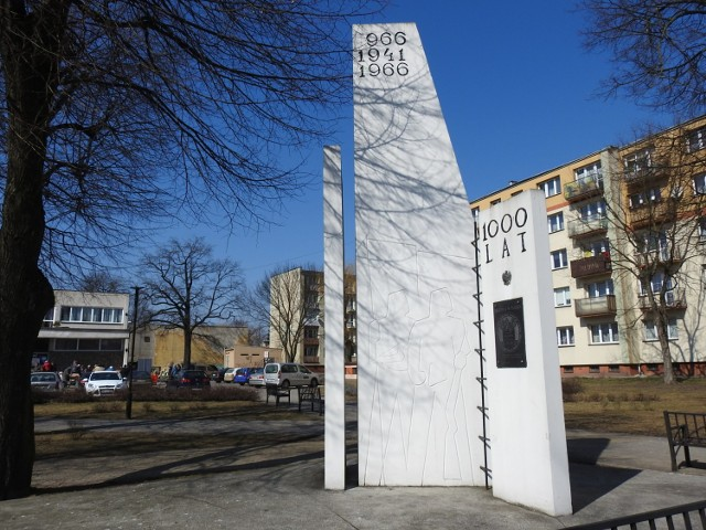 Na pomniku była tablica upamiętniająca obrońców władzy ludowej, ale także tablica poświęcona Konstytucji 3 Maja