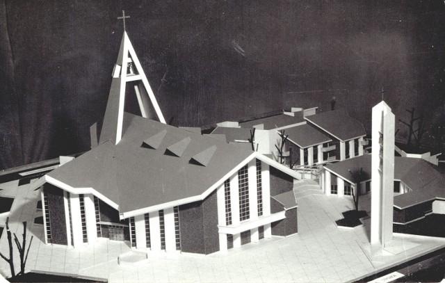 """- Tak na początku lat osiemdziesiątych wyglądała """"Koncepcja ośrodka parafialnego na Zatorzu - kościół, plebania, dom katechetyczny"""". Zdjęcie prawdopodobnie było rozprowadzane jako """"cegiełka"""" na budowę kościoła - opisywał Jarosław Suski, publikując w 2019 roku w grupie Nowa Sól wczoraj widokówkę z planem rozmieszczenia kościelnych budynków."""