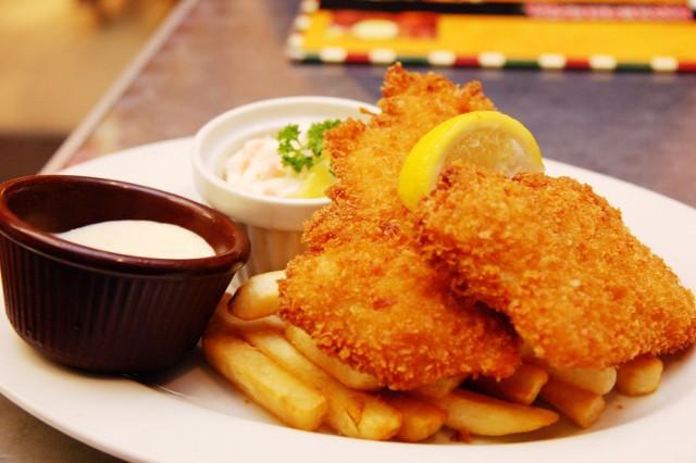 """Pyszne ryby, świetnie skomponowane zestawy obiadowe oraz niskie ceny - tak w skrócie można opisać restaurację """"U Rysia - Tawerna Miejska"""".  Jak zapewniają przedstawiciele lokalu, każdy smakosz ryb znajdzie w nim coś dla siebie.  Regularnie dostarczane świeże ryby z Mazur są przygotowywane przez tamtejszych kucharzy na trzy sposoby:  * tradycyjnie smażone * gotowane na parze * pieczone bez tłuszczu  W lokalu zjemy m.in. halibuta i sandacza, w cenach kolejno 36 zł i 34 zł za 200-gramową porcję.  Restauracja serwuje także wyśmienite dania obiadowe w cenach od 31 do 41 złotych. W karcie warto zwrócić także uwagę na zupę rybaka i flaczki z lina - w cenie 18 złotych.  Na zimno zjemy tutaj m.in. tatar z troci (25 złotych) oraz marynowaną sieję w oleju z cebulką (16 złotych).  Restauracja """"U Rysia - Tawerna Miejska usytuowana jest przy ulicy Marszałkowskiej 140 (róg ulicy Rysiej).  Godziny otwarcia:  ND - PON (11:00 - 23:00) WT (11:00 - 21:00)"""
