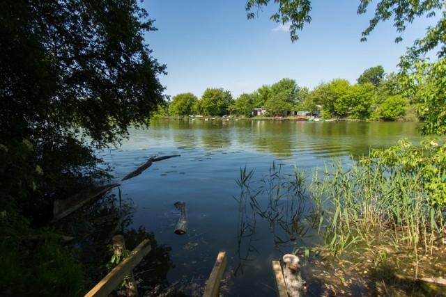 Jezioro Czerniakowskie to jedno z najpiękniejszych i najspokojniejszych miejsc w stolicy. Położone na Mokotowie przyciąga nie tylko mieszkańców dzielnicy. Jeśli chcecie na chwilę zapomnieć o tym, że żyjecie w wielkim mieście i doceniacie czas spędzony wśród natury to propozycja wprost wymarzona dla was.